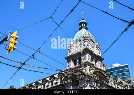Alte Hauptpost Gebäude, jetzt Teil einer Shopping Mall, und elektrischen Oberleitungen für öffentliche Trolley Busse - Stockfoto