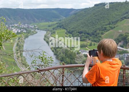 Anzeigen von Valwig und Ernst von einem Aussichtspunkt in der Nähe von Cochem, Mosel, Rheinland-Pfalz, Deutschland - Stockfoto