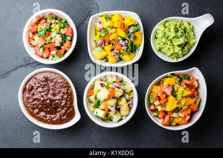 Traditionellen berühmten mexikanischen Saucen Schoko Chili Mole Poblano, Pico de Gallo, Avocado Guacamole, Salsa - Stockfoto