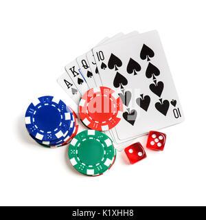 Rote Würfel, Karten spielen wie Royal Flush und Chips auf weißen isoliert. Ansicht von oben - Stockfoto