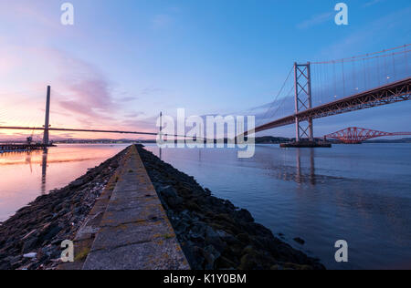 24.08.2017. Sicht in der Dämmerung des neuen Queensferry Kreuzung Brücke Forth Road Bridge und Forth Rail Bridge - Stockfoto