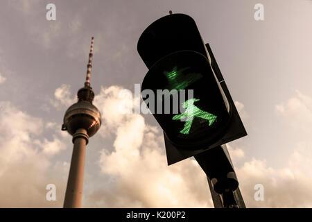 Grüne ampelmann auf Berlin Ampel mit Berliner Fernsehturm im Hintergrund (Berliner Fernsehturm) August 14 2017, - Stockfoto
