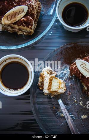 Tiramisu und Kaffee für zwei Stockfoto