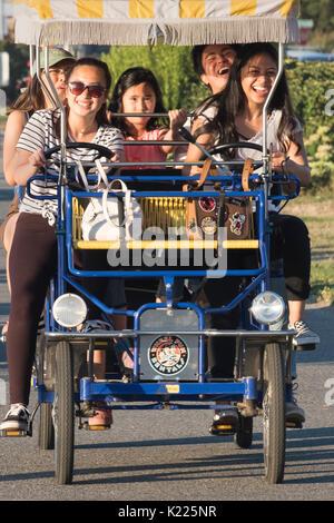 Personen, die eine gute Zeit fahrende Auto, alki Beach, Seattle, Washington, USA - Stockfoto