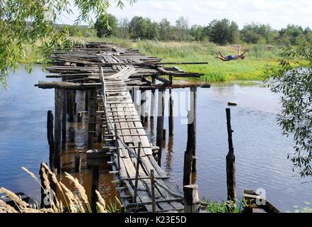 Ein Mann Springt Von Einer Brücke In Einen Fluss In Coeur D Alene