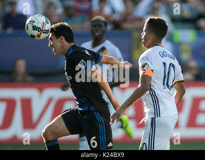 Carson, USA. 27 Aug, 2017. Shea Salinas (L) des San Jose Earthquakes konkurriert während der 2017 Major League Soccer - Stockfoto