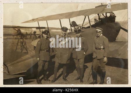 Vier deutsche Piloten vor einer Biplanaren - Stockfoto