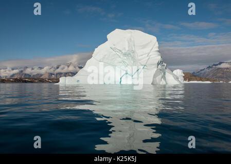 Grönland, östlichen Grönland, Scoresbysund aka Scoresby Sund, Bear Island aka Bjorne Oer. Riesige Eisberge rund - Stockfoto