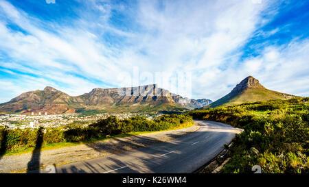 Sonne über Kapstadt, Tafelberg, Devils Peak, Lions Head und die Zwölf Apostel. Vom Signal Hill in Kapstadt, Südafrika - Stockfoto