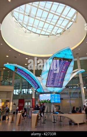 Neue Blume geformte Flight Information Center am Toronto Pearson International Airport, Terminal 1. Toronto Airport - Stockfoto