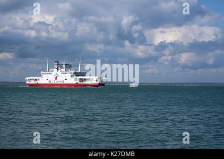 Red Funnel Fähren der Rote Adler segeln in Cowes. Isle of Wight, Großbritannien. - Stockfoto