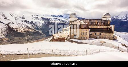 Majestic verträumter Blick auf verschneite Gornergrat Station und mit Wolken gehüllt, das Matterhorn, Zermatt, Schweiz, - Stockfoto