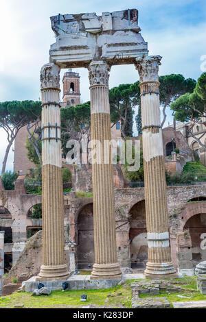 Tempel des Vespasian und Titus korinthischen Säulen Forum Romanum, Rom, Italien. Tempel erstellt im Jahr 79 N.CHR. - Stockfoto