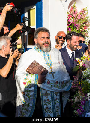 Griechisch-orthodoxen Priester Durchführen einer Hochzeitszeremonie, Mykonos, Griechenland. - Stockfoto