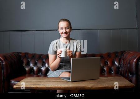 Portrait der Unternehmerin Arbeiten am Laptop im Internet Cafe - Stockfoto