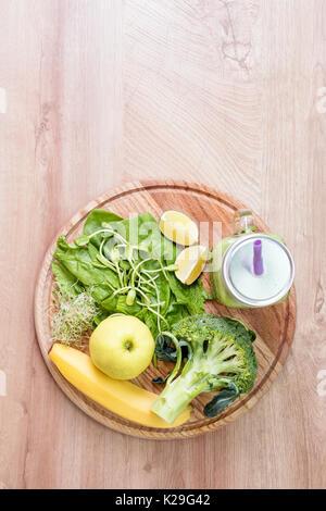 Frisches grünes Gemüse und grünen Smoothie in Glas. Entgiftung, Ernährung oder gesunde Ernährung Konzept. Einmachglas - Stockfoto