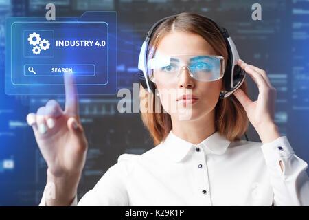 Junge Geschäftsfrau arbeiten in virtuellen Gläser, wählen Sie das Symbol Industrie 4.0 auf die virtuelle Darstellung. - Stockfoto