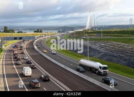 Edinburgh, Schottland, Großbritannien. 30 August, 2017. Blick nach Norden in Richtung Fife übersicht Verkehr über - Stockfoto