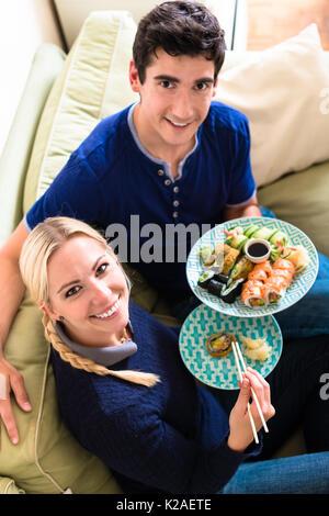 Portrait von glückliches junges Paar Essen traditionelles asiatisches Essen - Stockfoto