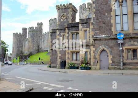 Conwy, Wales, UK. 31. Juli 2017. Von der Spitze des Schloss Straße Schloss Quadrat im historischen Schloss. - Stockfoto