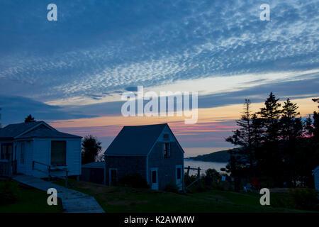 Usa Maine ich monhegan Island in der Penobscot Bay im Atlantic ocean Abendhimmel über Kabinen - Stockfoto