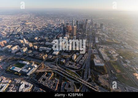 Luftaufnahme von Türmen und Autobahnen in der Innenstadt von Los Angeles, Kalifornien. - Stockfoto