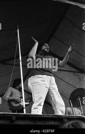 Samen von Glastonbury: Liverpool dichter Adrian Henri führt als Teil der Poesie Rock Band der Liverpooler Szene - Stockfoto