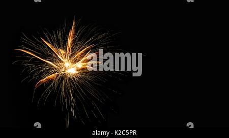 Abstrakte pyrotechnischen glühende Explosion auf schwarzen Hintergrund. Feuerwerk Landschaft. Golden flash. Festival - Stockfoto