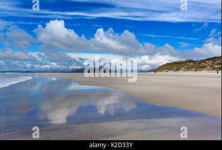 Der Strand und das Meer bei Ebbe, traigh Lar, North Uist, Hebriden, Schottland, Großbritannien, Juni 2015. - Stockfoto