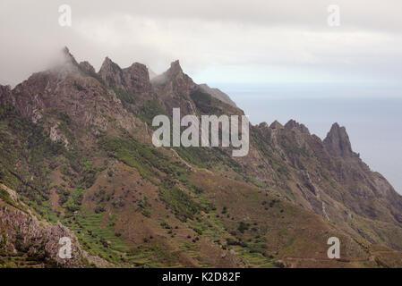 Erloschene Vulkane in der Cloud-ummantelte Anagagebirge von subtropischen Lorbeerwälder über Taganana Dorf flankiert, - Stockfoto
