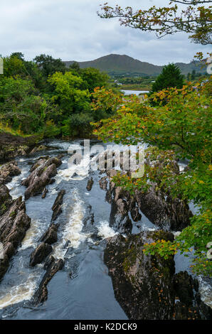 Rock Erosion im Fluss von Sneem Village, Ring of Kerry Trail, Iveragh Halbinsel, County Kerry, Irland, Europa. September - Stockfoto