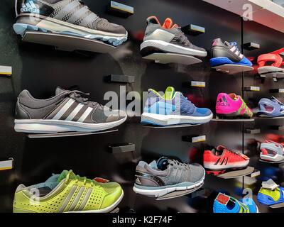 Nowy Sacz, Polen - 12. August 2017: Sammlung von trendigen Adidas Sportschuhe für den Verkauf in den adidas Shop - Stockfoto
