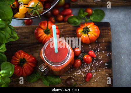 Tomatensaft in Mason jar auf Holz rustikale Board - Stockfoto