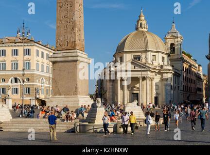 Piazza del Popolo mit Santa Maria di Montesanto Kirche im Hintergrund, Rom, Italien - Stockfoto