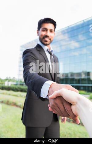Arabisch ernstes Lächeln glücklich erfolgreich positive Unternehmer oder Arbeitnehmer im schwarzen Anzug mit Bart - Stockfoto