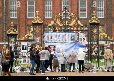 London, England, UK. 30 August, 2017. Floral Tribute und Meldungen von gratulanten an den Toren der Kensington Palace, - Stockfoto