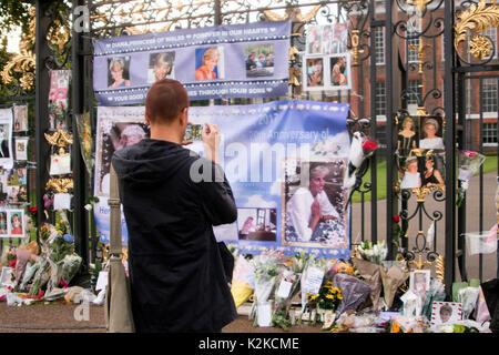London, England, UK. 30 August, 2017. Floral Tribute und Meldungen von gratulanten an den Toren der Kensington Palace, die am Vorabend des 20. Jahrestages der Tod von Diana, Prinzessin von Wales in einem tragischen Autounfall in Paris, Frankreich, am 31. August 1997 festgelegt. Früher am Tag, Prinz Harry, und der Herzog und die Herzogin von Cambridge, besuchte die Weißen Garten zusammen, die mit Blumen und Laub von den Erinnerungen von Dianas Leben, Image und Stil errichtet wurde. Iain McGuinness/Alamy leben Nachrichten