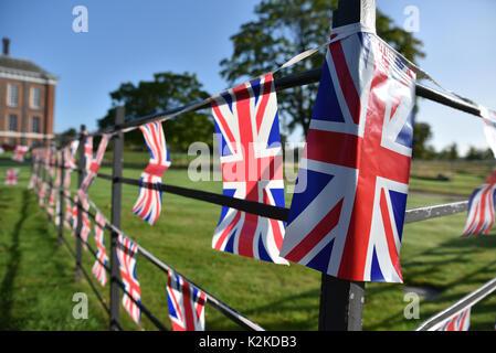 Kensington Palace, London, Großbritannien. 31 Aug, 2017. Tribute Karten Blumen sind außerhalb der Kensington Palace - Stockfoto
