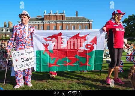 London, Großbritannien. 31 Aug, 2017. Gönner legen Blumen und Tribut zahlen außerhalb der Kensington Palace zu Diana, - Stockfoto