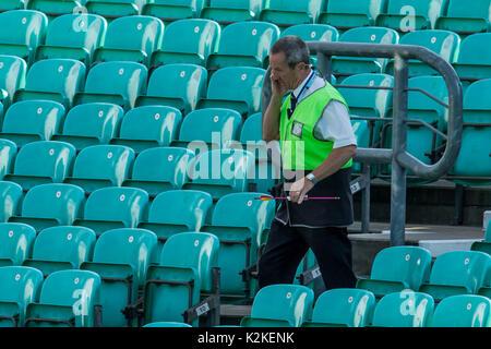 31. August 2017, London, UK. Ein Pfeil, der auf das Spielfeld geschossen wurde, wird von einem Verwalter am Oval durchgeführt und das Publikum ist evakuiert. David Rowe/Alamy leben Nachrichten