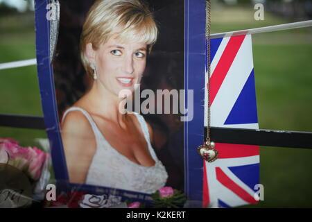 London, Großbritannien. 31 Aug, 2017. Menschen würdigen Prinzessin Diana im Kensington Palace nach 20 Jahren von - Stockfoto