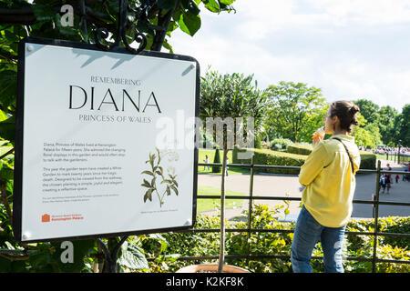 London, Großbritannien. 31 Aug, 2017. Gönner besuchen Sie den weißen Garten im Kensington Palace zu gedenken und - Stockfoto