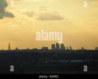 London, Großbritannien. 31 Aug, 2017. UK Wetter. Sonnenuntergang über London als von Dartford, Kent gesehen. 31 - Stockfoto