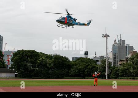 Tokio, Japan. 1. Sep 2017. Tokio Gouverneur Yuriko Koike steigt auf einem Hubschrauber während einer Katastrophe - Stockfoto