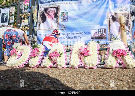 London, Großbritannien. 31 Aug, 2017. Eine große Masse von Diana wellwishers und Medien sammeln außerhalb Kensington - Stockfoto