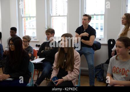 London, Großbritannien. 31 Aug, 2017. Londons junge Gaukler nahmen an einem Boot Camp mit Musik Experten der Branche - Stockfoto