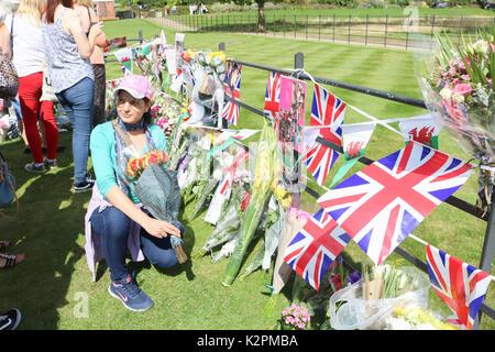 London, Großbritannien. 31. August 2017. Wellwishers weiterhin Anreisen außerhalb der Kensington Palace Gates in London als Tribut an den 20. Jahrestag des Todes von Diana Prinzessin von Wales, die auf tragische Weise in einem tödlichen Autounfall in Paris am 31. August 1997 starb Kreditkarte zu zahlen: Amer ghazzal/Alamy leben Nachrichten