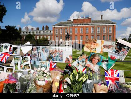 London, Großbritannien. 31 Aug, 2017. Laien Blumen und Karten am Tor der Kensington Palace am 20. Jahrestag des - Stockfoto