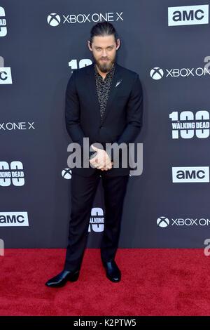 """Los Angeles, USA. 22 Okt, 2017. Tom Payne sorgt der AMC """"The Walking Dead"""" Jahreszeit 8 Premiere und die 100. episode - Stockfoto"""
