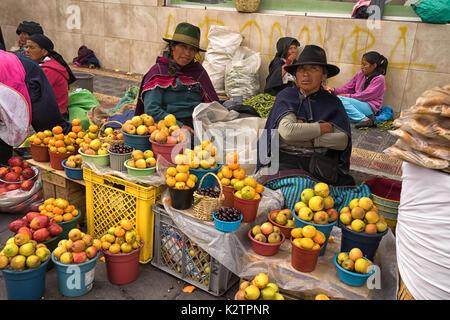 Mai 6, 2017 Otavalo, Ecuador: indigene Hersteller produzieren in der Markt am Samstag - Stockfoto